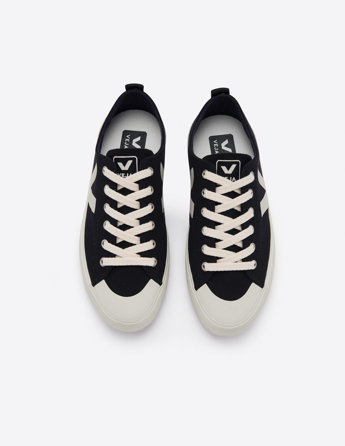 Veja Nova Canvas in Black Pierre